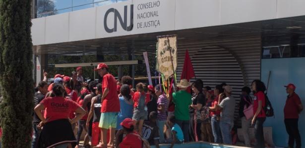 Cerca de 100 pessoas ligadas ao Movimento dos Trabalhadores Sem Terra (MST) se reuniram na manhã desta terça-feira (21) na sede do Conselho Nacional de Justiça - Tiago Hardman/Estadão Conteúdo