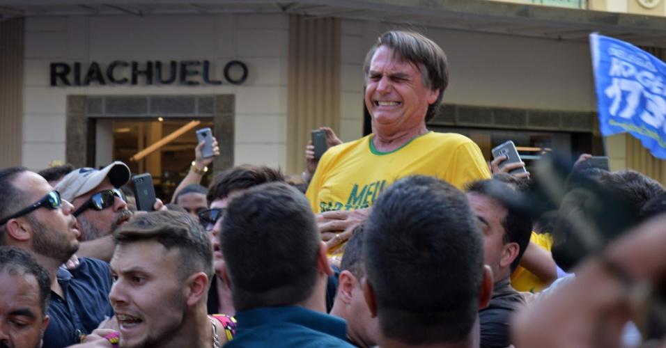 6.set.2018 - Jair Bolsonaro (PSL) é esfaqueado durante ato de campanha em Juiz de Fora (MG)