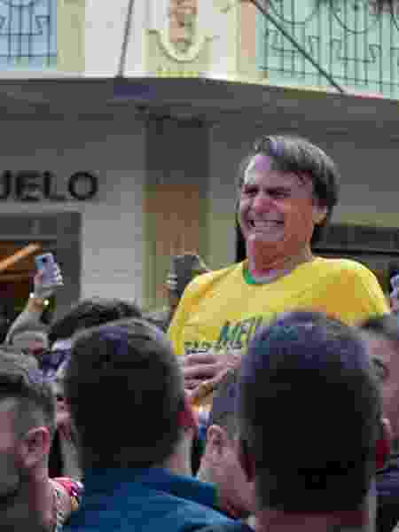 Bolsonaro reage após levar facada durante campanha eleitoral de 2018 - Raysa Leite/AFP