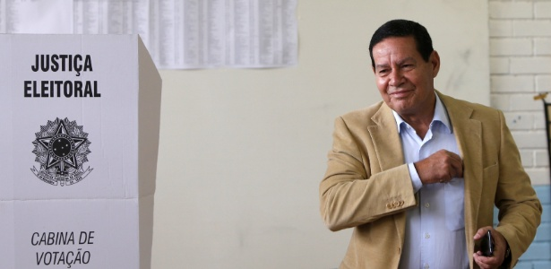 Candidato a vice de Bolsonaro, Hamilton Mourão vota em Brasília