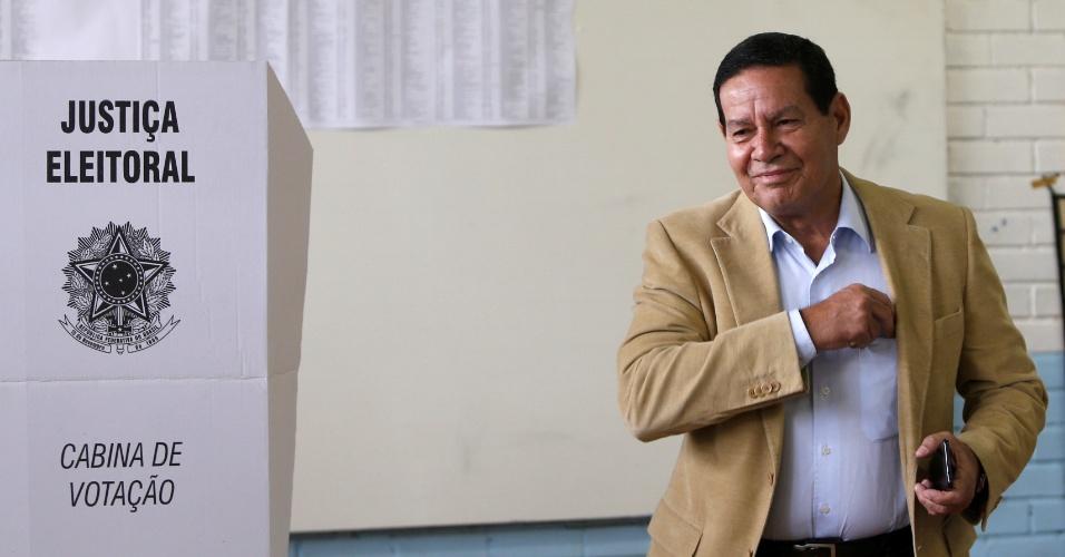 Candidato a vice de Jair Bolsonaro, Hamilton Mourão vota na Escola classe da vila do RCG, em Brasília