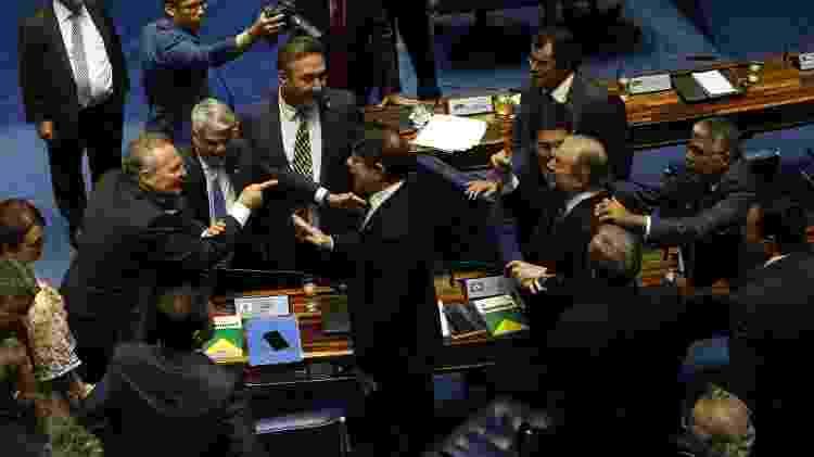 Os senadores Tasso Jereissati (PSDB-CE) e Renan Calheiros (MDB-AL) tiveram de ser apartados por outros parlamentares - Dida Sampaio/Estadão Conteúdo