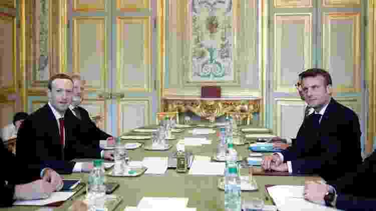 O presidente da França, Emmanuel Macron, posa com executivo-chefe e cofundador do Facebook, Mark Zuckerberg - Yoan Valat/AFP