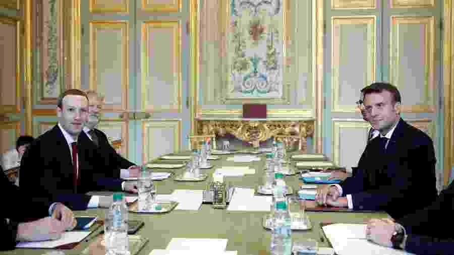 O presidente da França, Emmanuel Macron, posa com executivo-chefe e cofundador do Facebook, Mark Zuckerberg, antes de sua reunião no palácio Elysee, em Paris - Yoan Valat/AFP
