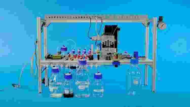 Máquina que inscreve dados digitais em DNA sintético e é capaz de lê-los no código genético - Divulgação/Microsoft