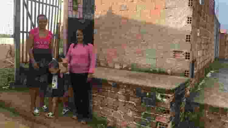 Maria com o neto Erik e Alessandra, presidente de associação de famílias com microcefalia; menino faz sessões de terapia ocupacional, fonoaudiologia e fisioterapia motora - BBC News Brasil - BBC News Brasil
