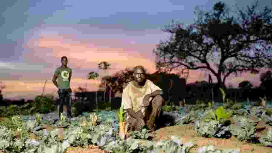 """Investimentos - como compra de uma bomba d""""água para irrigação - podem fornecer uma renda agrícola sustentável para agricultores como Sanfo Karim, em Burkina Faso - OLLIVIER GIRARD/CIFOR"""