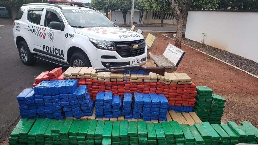 Policiais civis foram presos em flagrante por escolta de caminhão carregado de mais de uma tonelada de maconha - Polícia Militar/Divulgação