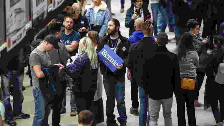 Eleitores democratas aguardando o resultado das primárias em Iowa, o primeiro Estado na corrida para eleger o candidato democrata à Presidência dos EUA. - Xinhua/Li Muzi
