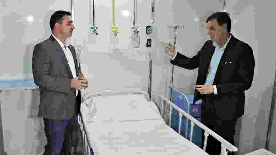 10.abr.2020 - O prefeito Marcelo Crivella (d) e o senador Flávio Bolsonaro conhecem as instalações das obras do hospital de campanha do RioCentro, no Rio de Janeiro  - SAULO ANGELO/FUTURA PRESS/FUTURA PRESS/ESTADÃO CONTEÚDO