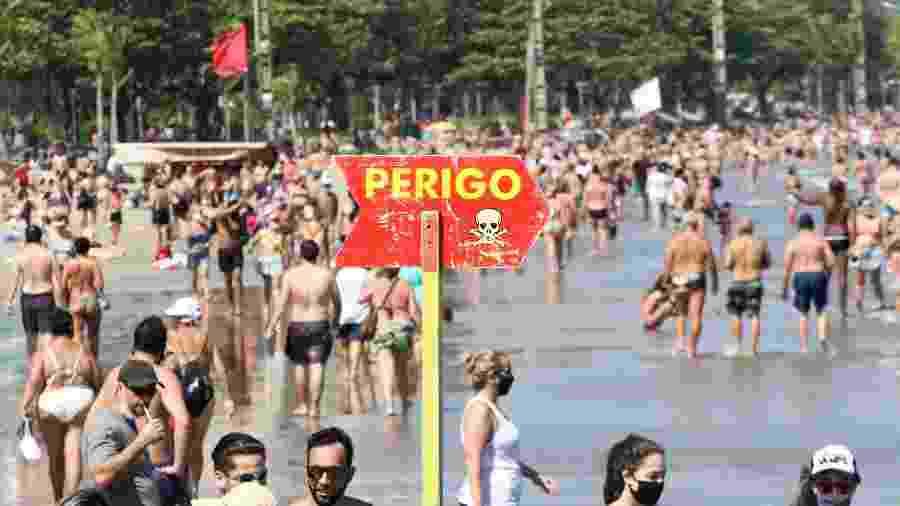 Praia do Embaré, em Santos (SP), teve concentração de banhistas no dia 30 de agosto - Fernanda Luz/Agif - Agência de Fotografia/Estadão Conteúdo