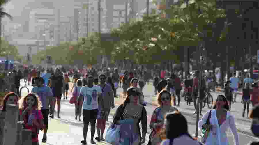 Movimentação na praia de Ipanema, na capital fluminense; apesar da pandemia, muitas pessoas circulam sem máscaras - GABRIEL BASTOS/ESTADÃO CONTEÚDO