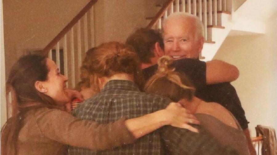 7.nov.2020 - Naomi Biden, neta de Joe Biden, publicou no Twitter uma foto da família comemorando  - Reprodução/Twitter@NaomiBiden