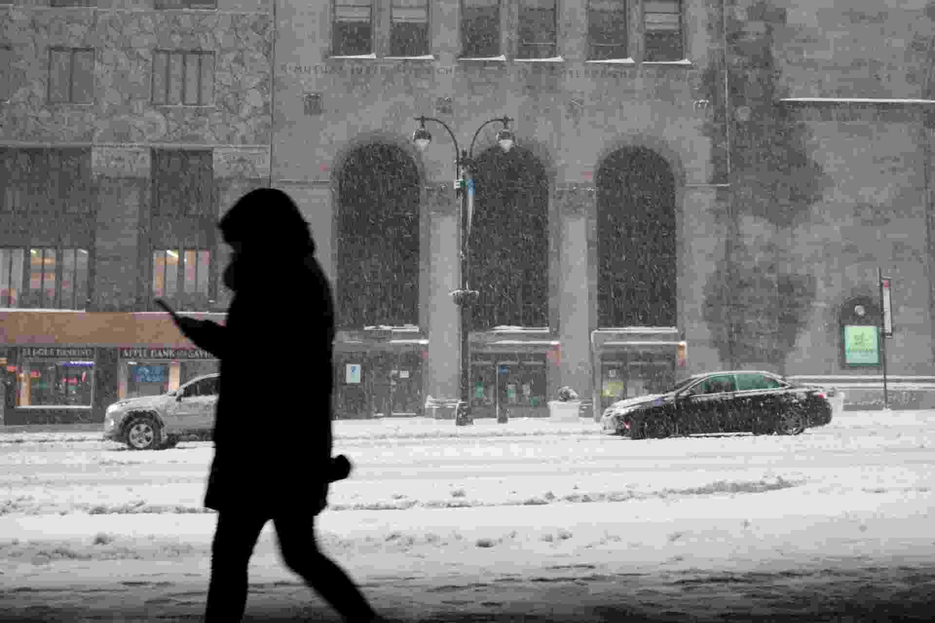 01.fev.21 - Pessoa caminha durante nevasca em Manhattan, Nova York - SPENCER PLATT/AFP