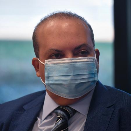 25.jan.2021 - O governador do Distrito Federal, Ibaneis Rocha (MDB), em visita a laboratório da União Química - Mateus Bonomi/AGIF/Estadão Conteúdo