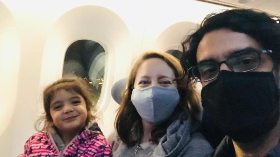 Carla Banfi, Mauricio Díaz e Leonor foram ao Chile para passar o Natal com a família, mas não conseguem retornar ao Reino Unido - Carla Banfi