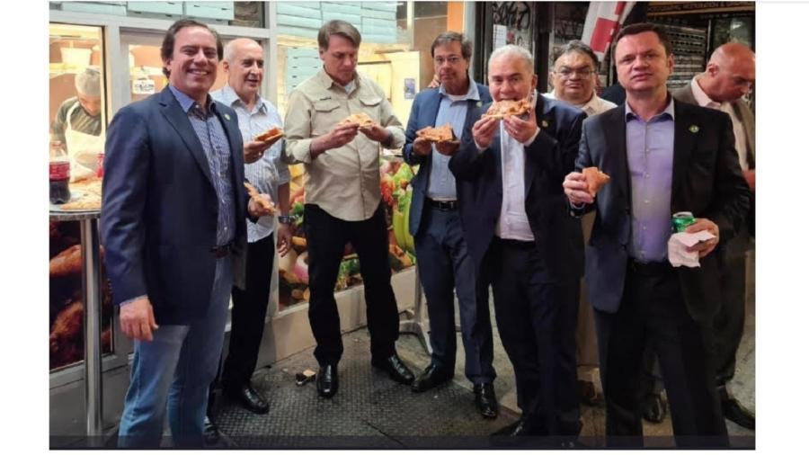 Bolsonaro e comitiva comem pizza na calçada em Nova York - Reprodução/Twitter
