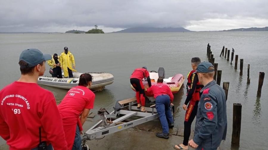 Uma canoa de alumínio com três pessoas virou na tarde de ontem em um rio localizado na cidade de Imaruí, sul de Santa Catarina - Divulgação/Corpos de Bombeiros de Santa Catarina