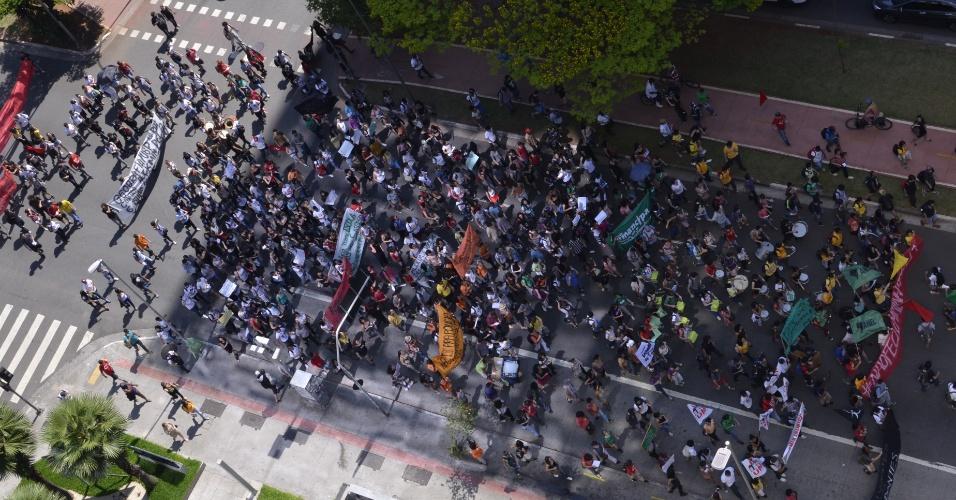 Manifestantes fazem passeata na avenida Faria Lima em direção ao Palácio dos Bandeirantes; estudantes protestam contra o possível fechamento de escolas da rede estaudal de São Paulo