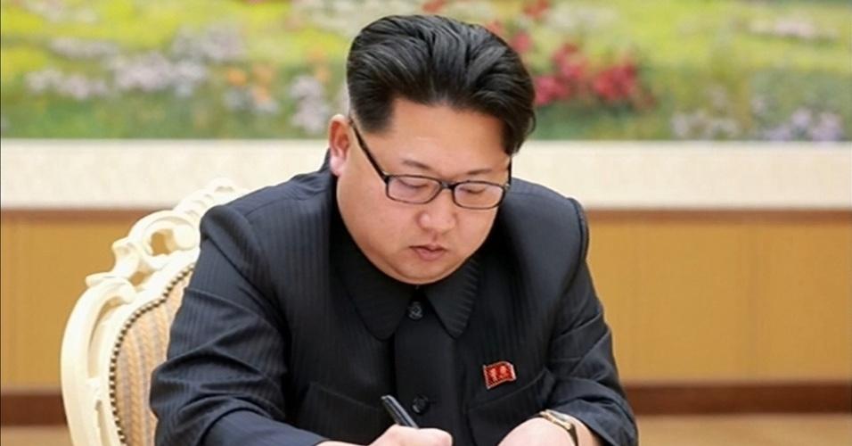 6.jan.2016 - O líder norte-coreano, Kim Jong-un, assina um documento relacionado ao teste da bomba de hidrogênio, em Pyongyang, na Coreia do Norte. Pouco depois de um tremor de magnitude 5,1 ser registrado nesta quarta-feira (6) na zona de um sítio de testes nucleares da Coreia do Norte, o regime de Pyongyang confirmou, por meio de um pronunciamento da emissora estatal de televisão, a realização