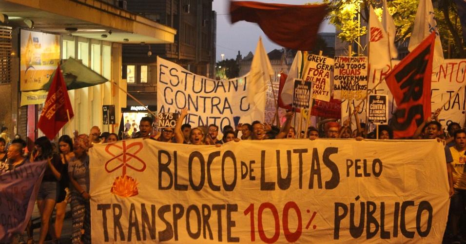7.mar.2016 - O Bloco de Lutas Pelo Transporte Público protesta contra reajuste nas tarifas de ônibus em Porto Alegre (RS). Essa foi a quinta manifestação contra o aumento das passagens, realizada mesmo após a suspensão do reajuste de R$ 3,25 a R$ 3,75 por meio de liminar