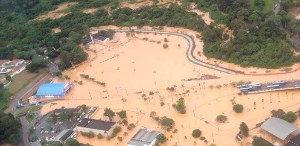 11.mar.2016 - Vista aérea do alagamento provocado pela chuva em Franco da Rocha, na Grande São Paulo