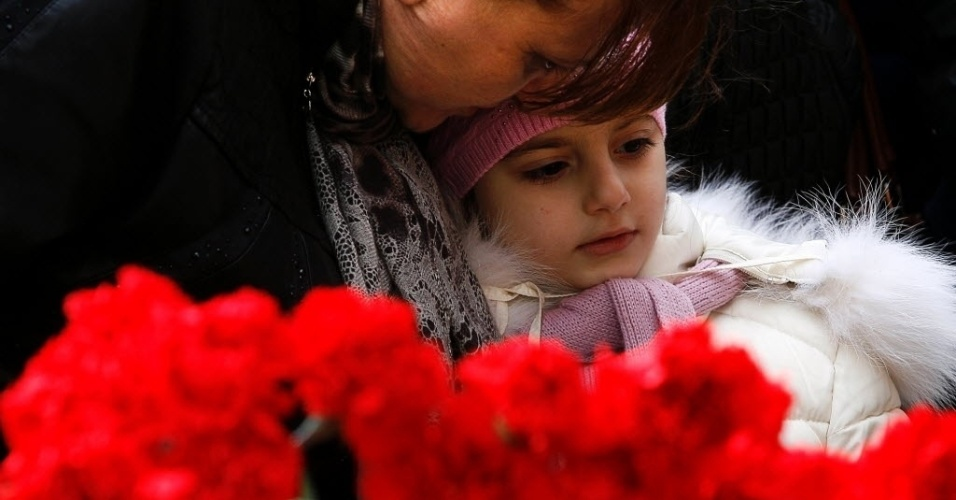 20.mar.2016 - Mulher e criança fazem homenagem a vítimas do acidente em que 62 morreram quando um avião da FlyDubai tentou pousar, em condições climáticas difíceis, ontem, no sul da Rússia