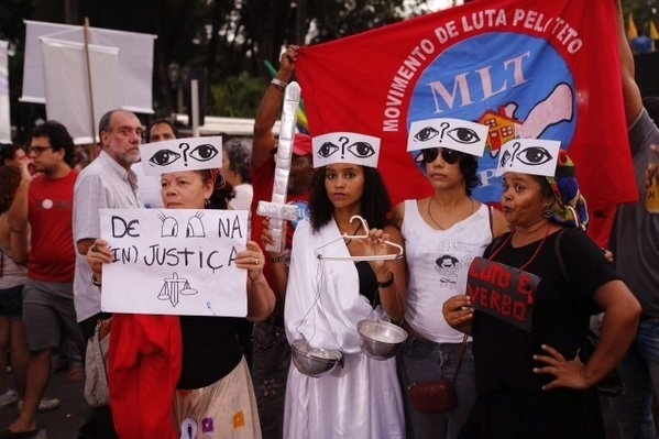 31.mar.2016 - Manifestantes se vestem como justiça durante protesto a favor da democracia e contra o impeachment da presidente Dilma Rousseff na praça do Derby, no Recife (PE)