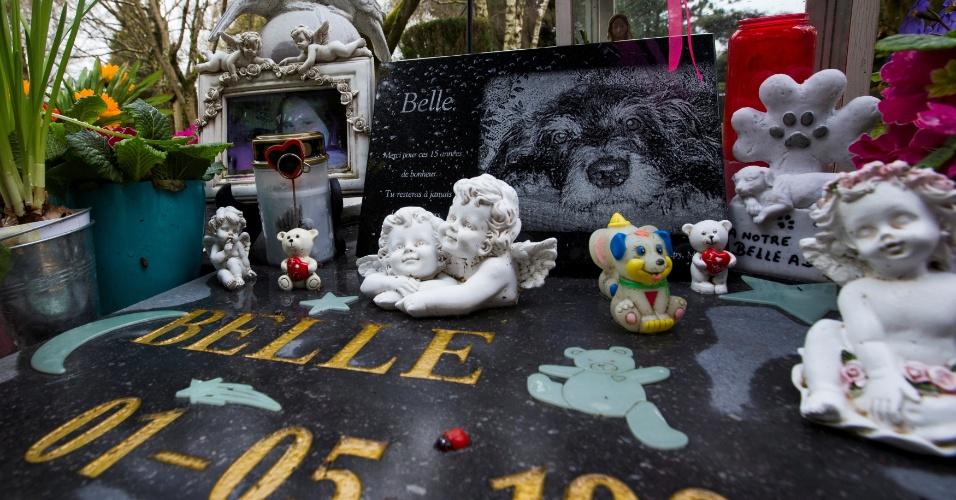 20.mai.2016 - A cachorra Belle foi enterrada no cemitério de animais em Aywaille, com direito a foto no túmulo e tudo. A empresa belga Animatrans afirma ser a primeira na Bélgica a oferecer exclusivamente funerais, cremação e até empalhamento de animais de estimação