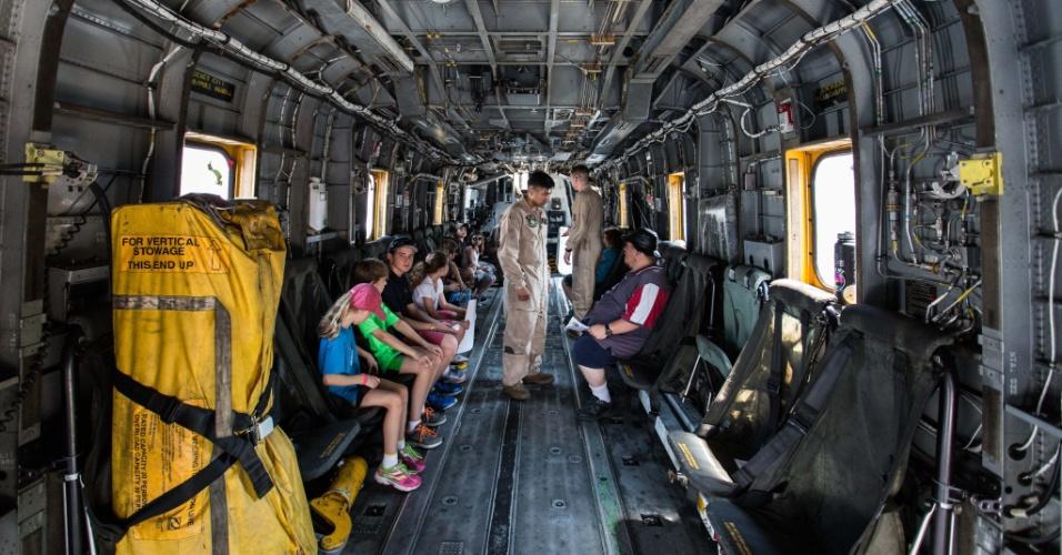 27.mai.2016 -Visitantes conhecem o interior de helicóptero militar a bordo do navio USS Bataan (LHD-5), das forças armadas dos EUA, em Nova York. Homens e mulheres do serviço das forças armadas dos EUA visitam a cidade de Nova York como parte das comemorações do Memorial Day, feriado norte-americano que homenageia os americanos mortos em combate