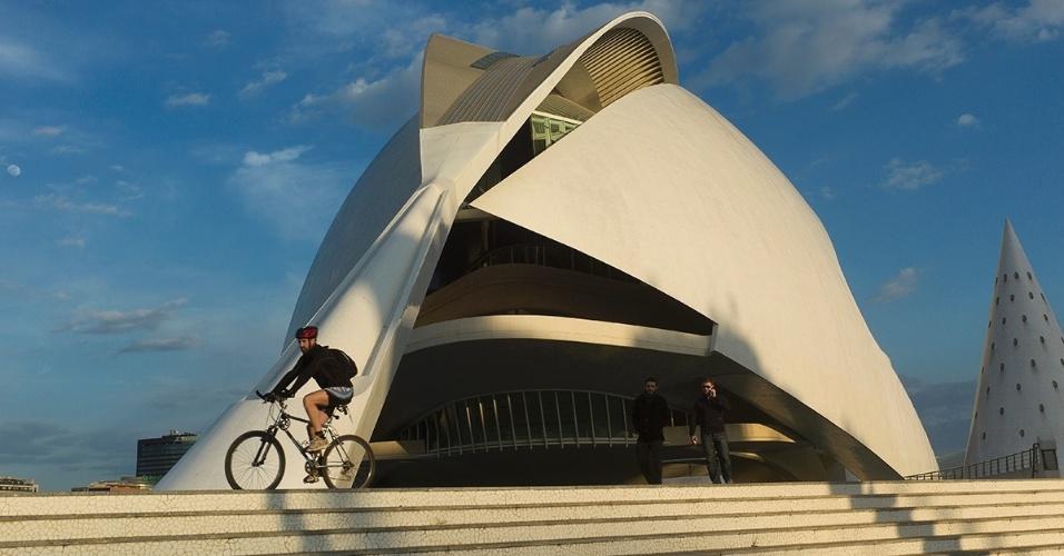 30.mai.2016 - Um ciclista passa pelo Palácio das Artes Rainha Sofia, uma ópera em Valência, Espanha. As formas e acústica do local ganharam notoriedade, mas uma das fachadas mostrou deficiências estruturais do edifício