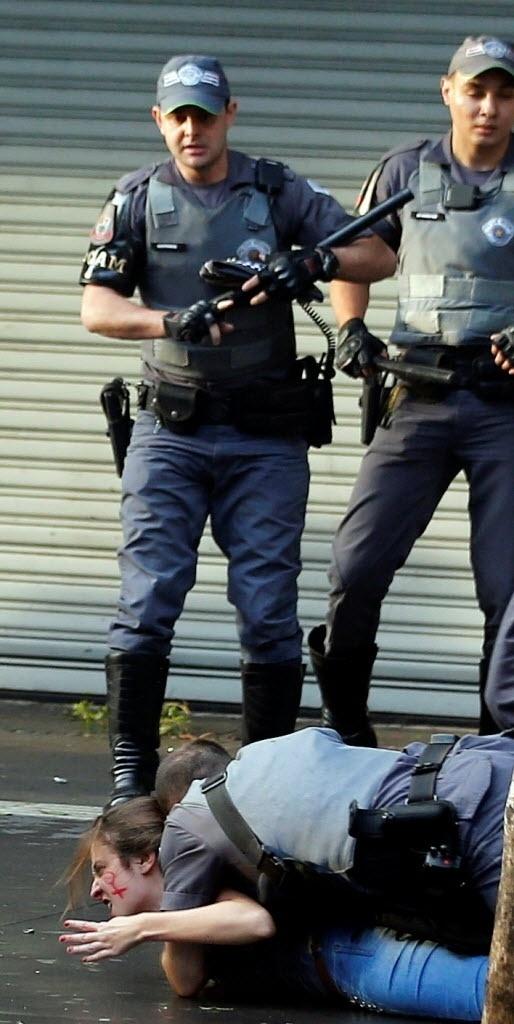 1º.jun.2016 - Policial domina manifestante que observava detidos durante um protesto contra o governo do presidente interino, Michel Temer (PMDB), na avenida Paulista, em São Paulo. Os manifestantes ocuparam o prédio da Secretaria da Presidência da República em São Paulo