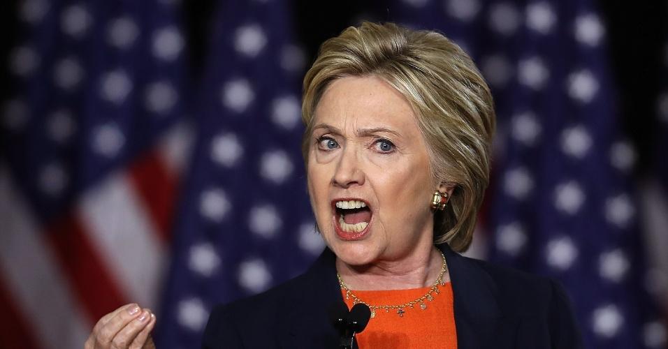 """2.jun.2016 - Em seu mais forte discurso contra Donald Trump, Hillary Clinton disse que a vitória do rival seria """"um erro histórico"""". Durante a fala em San Diego, na Califórnia, a candidata democrata à presidência dos Estados Unidos disse que Trump não tem caráter ou temperamento para liderar o país"""