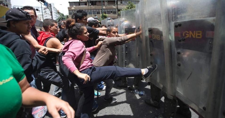 """2.jun.2016 - Manifestantes entram em confronto com soldados da Guarda Nacional durante protesto contra o governo Nicolás Maduro, em Caracas, na Venezuela. Durante o ato, eles gritavam """"queremos comida"""". O país está passando por uma grave crise econômica que atinge o abastecimento de produtos básicos"""