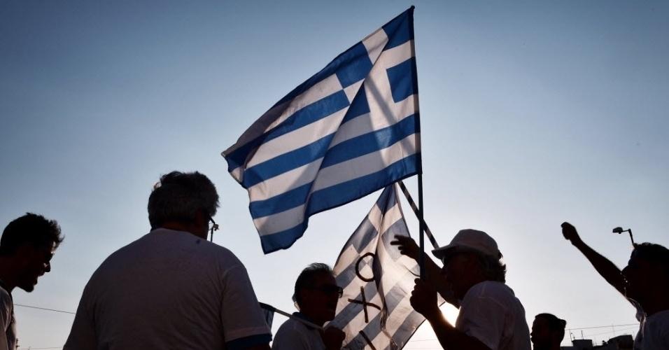 5.jul.2016 - Manifestantes fazem ato em frente ao parlamento grego em Atenas para marcar o aniversário de um ano do referendo que manifestou a vontade de ampla maioria da população em não aceitar as condições de austeridade propostas pelos credores do país. Apesar do resultado, o parlamento aprovou duras medidas econômicas como condição para o acordo de resgate de 86 bilhões de euros com a União Europeia