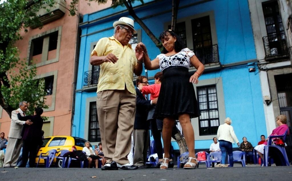 """31.jul.2016 - Casais dançam o """"danzón"""", ritmo latino-americano com origem cubana, pelas ruas da Cidade do México, capital mexicana"""