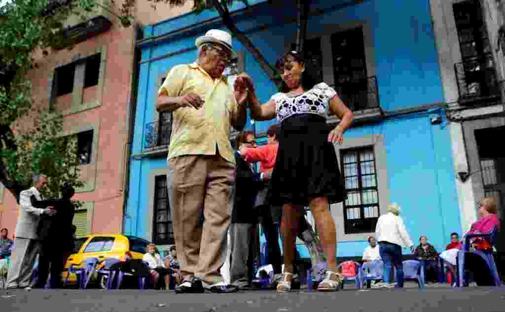 """31.jul.2016 - Casais dançam o """"danzón"""", ritmo latino-americano com origem cubana, pelas ruas da Cidade do México, capital mexicana - Henry Romero/Reuters"""