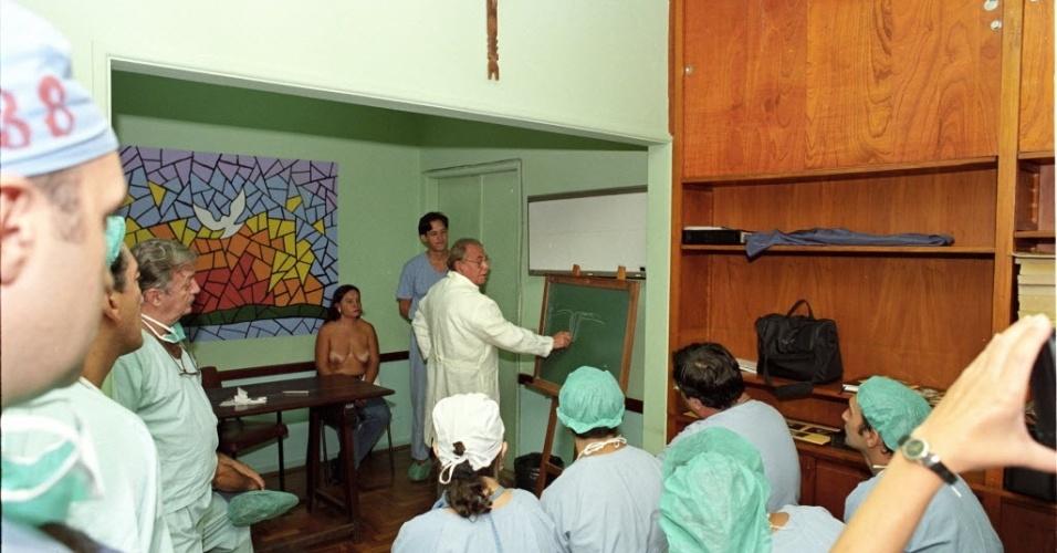 29.abr.1998 - Ivo Pitanguy visita a Santa Casa, no centro do Rio
