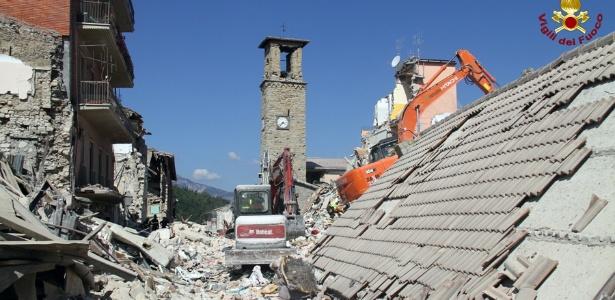Equipe de resgate trabalha nos escombros de uma casa em Amatrice