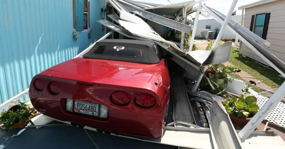 8.out.2016 - Carro coberto por destroços após passagem do furacão Matthew em Flagler beach, Flórida (EUA)