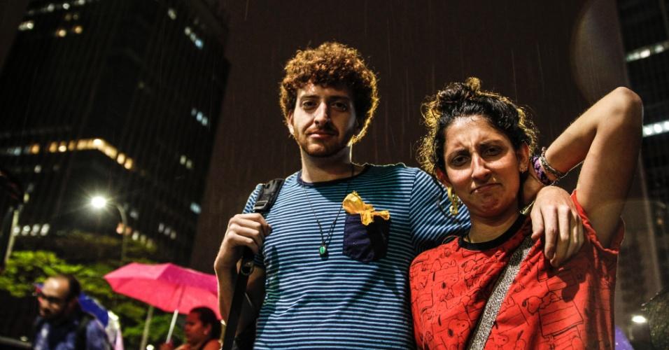 20.out.2016 - Noam Rafael Kramer, 23, e a namorada Bruna Frassinetti, 23, passaram mais tempo à espera de ônibus do que o normal por causa da chuva que caiu no final do dia e da falta de energia que afetou os semáforos em São Paulo