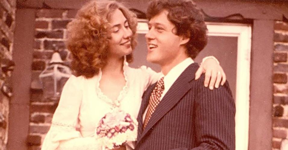 11.out.1975 - Hillary e Bill se casam em cerimônia modesta em Fayetteville, no Arkansas (EUA)