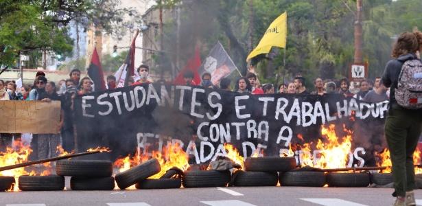 Manifestantes protestam na UFRGS (Universidade Federal do Rio Grande do Sul)