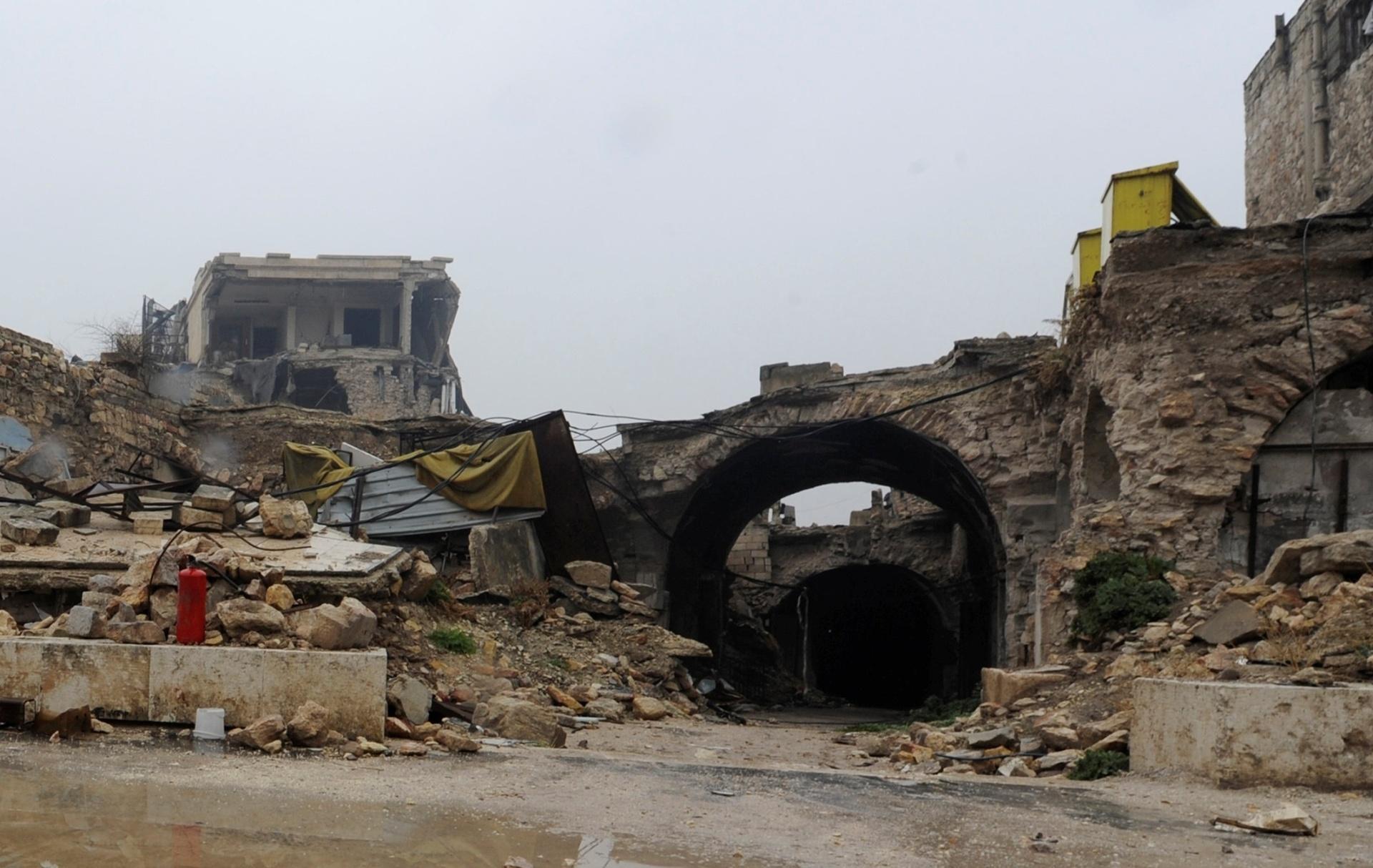 22.dez.2016 - Em visita com a imprensa pela destruída cidade de Aleppo, na Síria, um fotógrafo retratou como está a entrada de uma grande área de mercados da era islâmica, chamada de souk de al-Zarab, em dezembro de 2016
