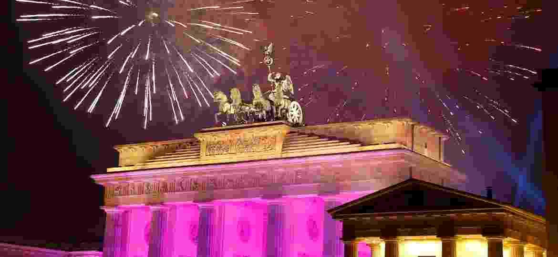 Fogos de artifício na virada do ano próximos ao portão de Brandemburgo, em Berlim, em 2016 - Fabrizio Bensch/Reuters