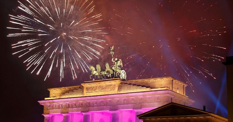 31.dez.2016 - Fogos de artifício saúdam a chegada do novo ano próximo ao portão de Brandemburgo, em Berlim, na Alemanha