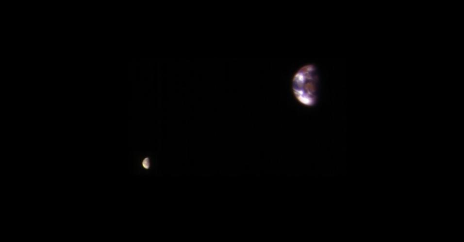 6.jan.2016 - TERRA VISTA DE MARTE - Uma imagem de um telescópio da Nasa (Agência Espacial Norte-Americana) que está na órbita de Marte fotografou a Terra e a Lua. Na realidade, a Lua é muito mais escura que a Terra e dificilmente seria visível, então houve retoque no brilho. Mas as posições e tamanhos dos corpos não foram alterados. A distância entre a Terra e a Lua é cerca de 30 vezes o diâmetro da Terra