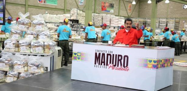 """O presidente venezuelano Nicolás Maduro particpa de seu programa semanal """"Contacto con Maduro"""" no Centro de Empacotamento para os Comitês Locais de Abastecimento e Produção, em Caracas, Venezuela"""