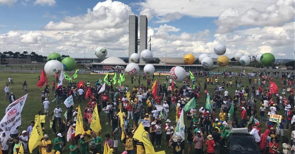"""28.abr.2017 - Em Brasília, a Polícia Militar estimou em 2.900 o número de manifestantes por volta das 12h30 na Esplanada dos Ministérios, onde está prevista uma passeata até a área do Congresso Nacional. A polícia, no entanto, não vai permitir o acesso ao gramado em frente ao Congresso por """"questões de segurança"""", segundo a informou a Secretaria de Segurança Pública do Distrito Federal. Os manifestantes estão sendo revistados."""