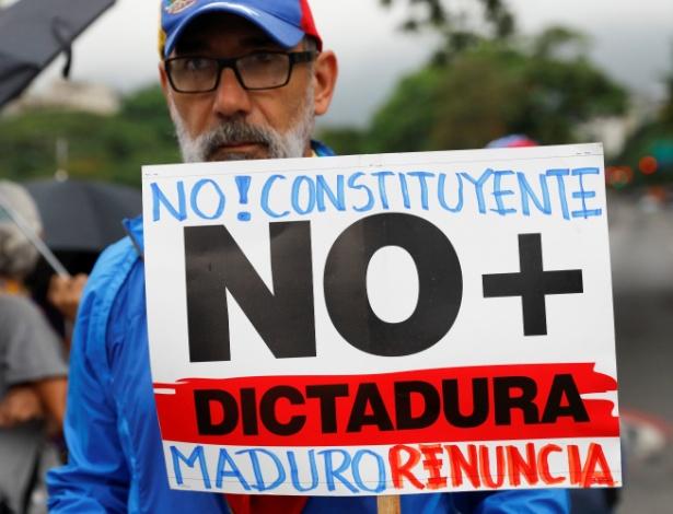 """Manifestante segura cartaz que diz """"não à Constituinte; não mais ditatura; Maduro, renuncie"""" durante protesto em Caracas, na Venezuela"""